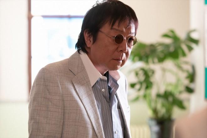 コロンブスレコードの廿日市(古田新太)は久志を「研究生」に誘う(C)NHK