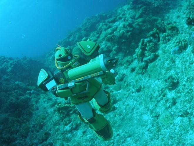 宮古島の海中を潜航するザクマリンタイプ/制作:谷口将門(C)創通・サンライズ