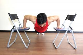 プッシュアップ(腕立て伏せ) プッシュアップは伸長位で負荷が強いため、椅子を用いて動作域を大きくする方法も有効。(正面アングル)