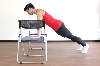 プッシュアップ(腕立て伏せ) プッシュアップは伸長位で負荷が強いため、椅子を用いて動作域を大きくする方法も有効。(横アングル)