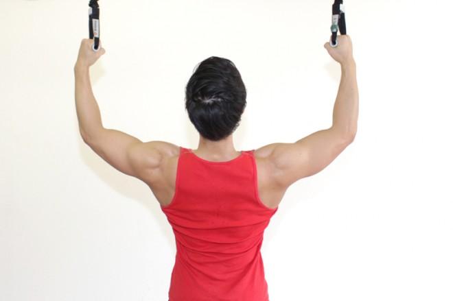 ラットプルダウン(チューブ) [1]チューブを両手で持ち、両腕を肩幅よりも少し大きく開く。