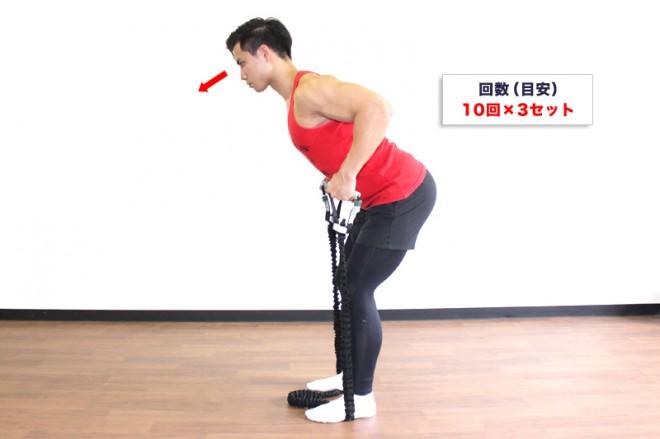 チューブを使ったベントオーバーロウ [2]脇を締めるように、両手を腰の高さまで引き上げ、下背部の方向へ背中をギュッと寄せる。[1]〜[2]の動きを繰り返す。