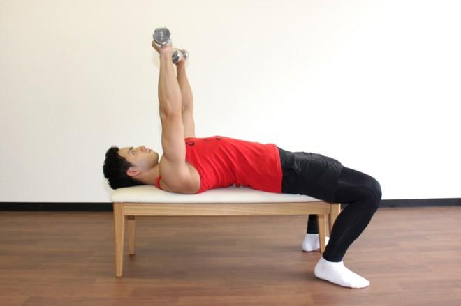 ダンベルプレス [1]ベンチに仰向けになり足は床につける。両腕を真っ直ぐ伸ばし、ダンベルをハの字に持つ。