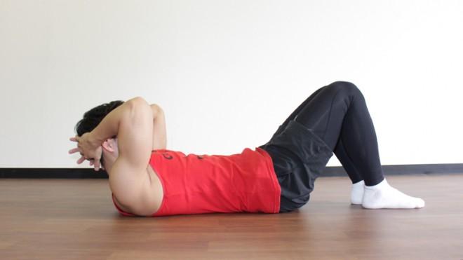 ツイストクランチ [1]膝を立てて仰向けになり、頭と肩を少し浮かせて体を丸めた状態を作る。
