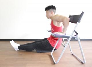 横からの写真 2.肘を深く曲げ、太ももやお尻が床に着くギリギリまで体を落とす。1〜2の動きを繰り返す。