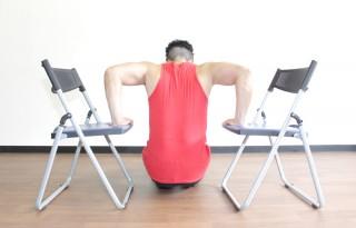 後ろからの写真 2.肘を深く曲げ、太ももやお尻が床に着くギリギリまで体を落とす。1〜2の動きを繰り返す。