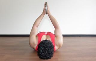 後ろからの写真 2.真っ直ぐ肘を伸ばしてプレートを高く上げる。上にプレートを押しきったときに、大胸筋の収縮を意識する。1〜2の動きをゆっくりと繰り返す。アップ(腕立て伏せ) プッシュアップは伸長位で負荷が強いため、椅子を用いて動作域を大きくする方法も有効。(正面アングル)