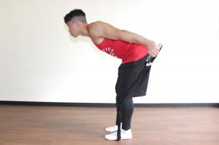 横からのアングル 2.肘を真っ直ぐに伸ばしてチューブを後ろに引き伸ばす。1〜2を繰り返す。