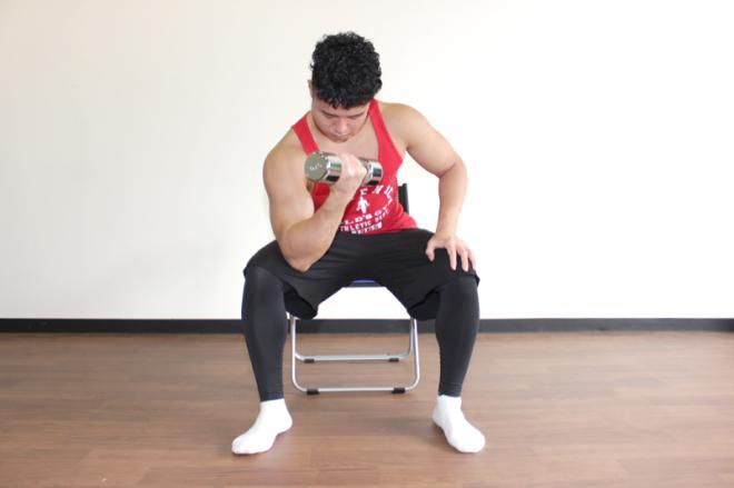 2.肘を曲げ、腕の力のみでダンベルを持ち上げる。1〜2を繰り返す。