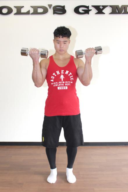 2.肘を曲げてダンベルを持ち上げ、上腕二頭筋をぎゅっと縮める。1〜2を繰り返す。