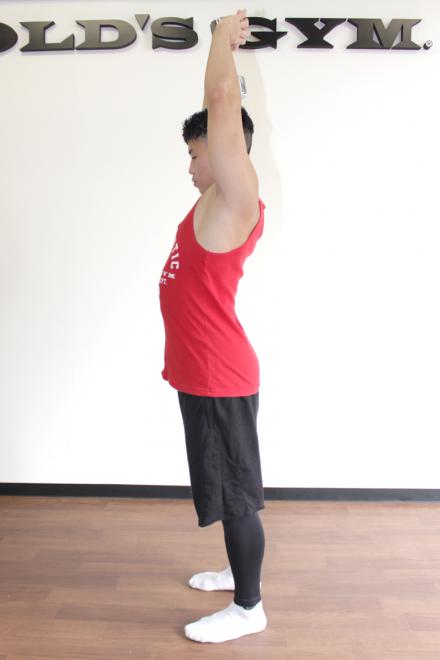 2.肘を伸ばして頭上にダンベルを持ち上げる。1〜2を繰り返す。