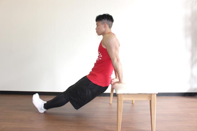 1.ベンチや椅子の前に立って肩幅に手をつき、膝を伸ばしてお尻が浮いている状態にする。目線を正面に胸を軽く反らす。