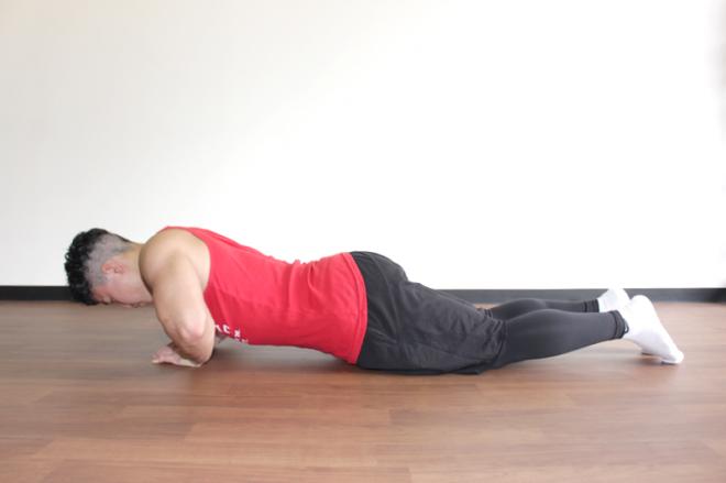 2.肘を開いて上体を床ギリギリに近づける。1〜2を繰り返す。