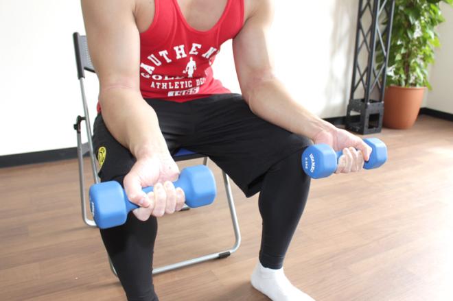 手首を内側に曲げる動き(リストカール)・外側に曲げる動き(リバース)で前腕を集中的