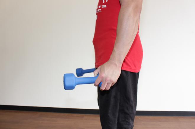 2.手首を親指側に返し、ダンベルの前端を持ち上げる。1〜2を繰り返す。
