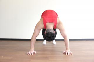 パイクプレス正面 1.四つん這いになり、お尻を上に突き上げて「山」を作る。足は腰幅に、手は肩幅の1.5倍程度に開き、肩を内側に入れて背中を真っ直ぐに保つ。