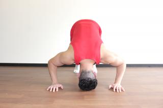 パイクプレス正面 2.頭が床につくギリギリの位置まで肘を曲げる。1〜2を繰り返す。
