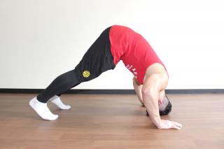 パイクプレス横 2.頭が床につくギリギリの位置まで肘を曲げる。1〜2を繰り返す。