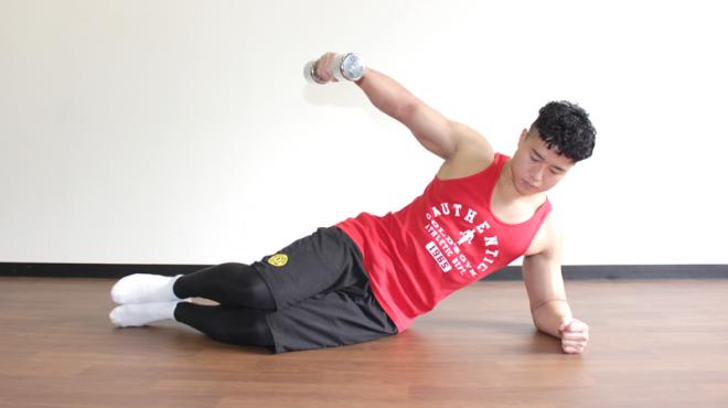 2.ダンベルを持っている腕の肘を真っ直ぐ伸ばして天井に向けて上げる。1〜2を繰り返す。