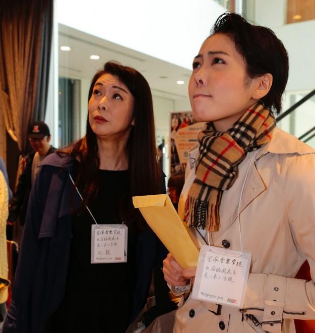 宝塚音楽学校の合格発表を見る母と娘