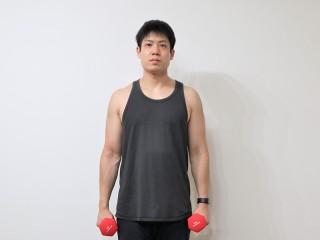 背筋を鍛える際の僧帽筋を鍛えるダンベルシュラッグの動作 1.両手にダンベルを持ち直立する。(正面)