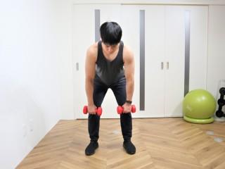 背筋を鍛える際の三角筋後部を鍛えるダンベルベントオーバーリアレイズの動作 2.開始の時の姿勢は、お尻を少し後ろに引き、背中が丸まらないように前傾の姿勢をつくる。(正面)