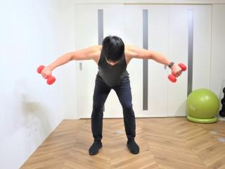 背筋を鍛える際の三角筋後部を鍛えるダンベルベントオーバーリアレイズの動作 3.小指側が天井を向くようにダンベルを横に持ち上げる。(正面)2→3を繰り返す。