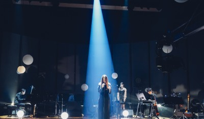 ライブで歌うUru