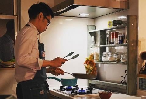 """""""結婚できないサラリーマン""""の夕飯動画に反響 料理は「自分の城で作る自分だけのごちそう」"""