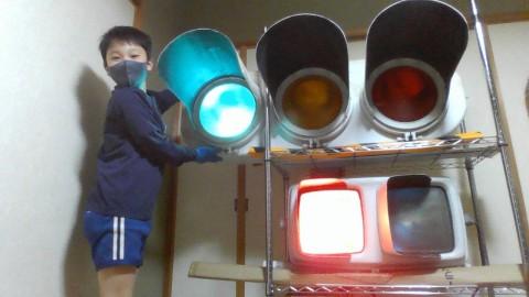 信号機を落札した小学生、独学プログラミングで点灯成功「LEDより昭和の電球式の方がなじみがあって好き」