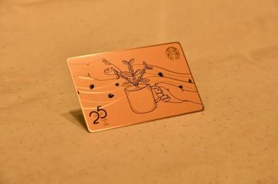 スターバックスの日本上陸25周年を記念してつくられたメタル製のスターバックスカード
