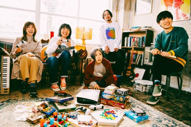 左から、中村郁香(Key)、もっさ(Vo)、藤田(Ba)、朝日(Gt)、カズマ・タケイ(Dr)
