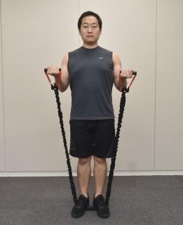 3.脇を締めたまま、肘を曲げ伸ばしする。上腕二頭筋の収縮を逃さないため、伸ばしきらない。