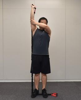 3.もう片方の手で肘を固定し、肘を伸ばし曲げする。