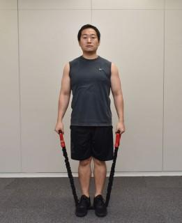 1.両手でトレーニングチューブ1.両手でトレーニングチューブを握って、まっすぐ立つ。2.トレーニングチューブを踏む。を握って、まっすぐ立つ。