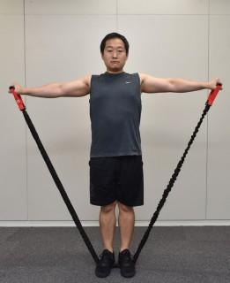 3.肘を伸ばしたまま、両手を肩の高さまで外側に上げて戻す。三角筋の収縮を逃さないため、下げきらない。