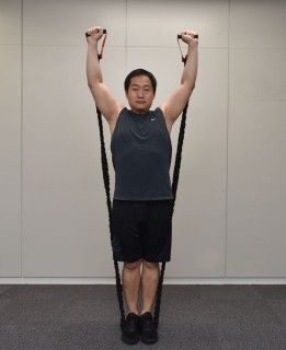 4.腕をまっすぐ上に伸ばし、戻す。
