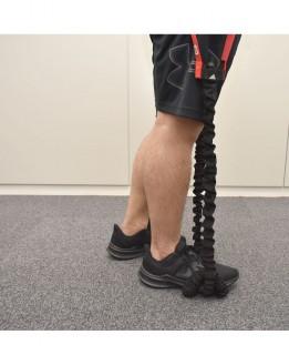 1.両手でトレーニングチューブを握って、まっすぐ立つ。2.トレーニングチューブをトレーニングする側のつま先で踏む。