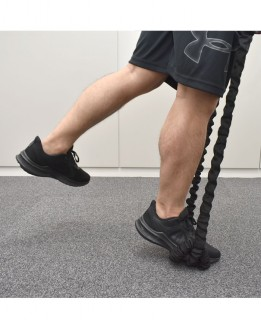 3.逆の脚を浮かせて、片足でかかとを上下させる。かかとを下げる時、地面につけないようにして、下腿三頭筋の収縮を逃さない。