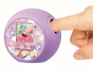 本体の穴の中の「ぷにぷにボタン」でキャラクターを操作する(C)TOMY