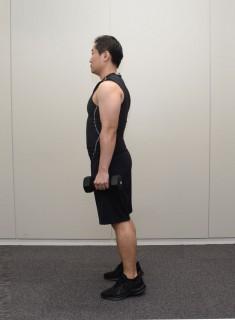 1.ダンベルを身体の横で持つ 脚を肩幅に開いて立つ