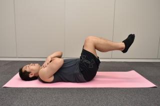 1.床に仰向けに寝て、膝を曲げた状態で股関節の上にあげる。