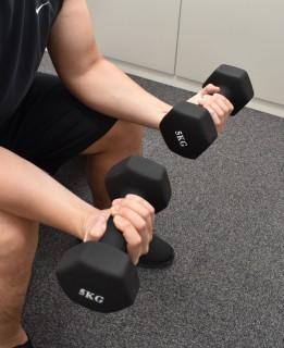 2.ゆっくりダンベルを下ろし(手首が反る) 限界まで下りたら、上げる。