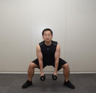2. 腰を膝の高さまでゆっくり下げる。そのときに膝をつま先の方向に曲げること。