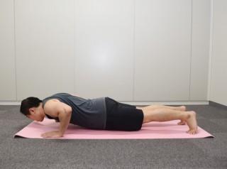 2.胸を張り、体幹を伸ばしたまま、腕を曲げて胸をゆっくり下げる。 3.胸が地面につくぎりぎりで止めて、上げる。2〜3を限界まで繰り返す