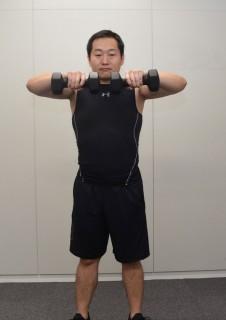 2. 肘の位置を肩の高さよりも高く上げるように、肘を曲げながら上げていく。ダンベルがアゴの下にくるように。 3. しっかり上まで持ち上げたら、ゆっくり元の姿勢に戻す。
