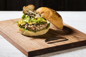 ロス在住の人気歌手・シェネルとコラボ、ハンバーガーレストラン『UMAMI BURGER』が絶品バーガーを販売