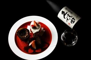 一の皿 久保田 純米大吟醸 「イチゴのマリネ ホワイトチョコクリーム」(右上)、「フォンダンショコラ」(左)、「焼き芋をブリュレ」(下)