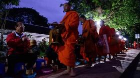 僧侶たちの静かなる行列。ルアンパバーンの朝の托鉢