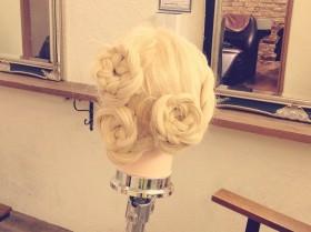 フェミニンでゴージャス☆裏編み込みと三つ編みだけでできる華やかお花ヘアアレンジ